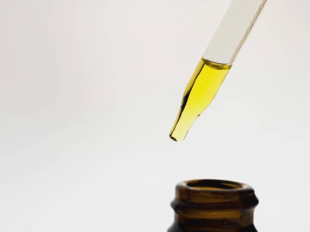 Container mit CBD-Öl, Cannabis live Harz Extraktion isoliert auf weiss - medizinisches Marihuana Konzept Nahaufnahme – Foto