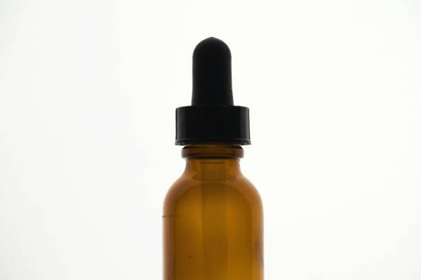 Behälter mit CBD-Öl, Cannabis Lebendharz Extraktion isoliert auf weiß - medizinisches Marihuana-Konzept Nahaufnahme – Foto