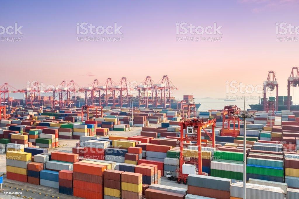 Container Yard und Tiefenwasser wharf im Sonnenuntergang – Foto