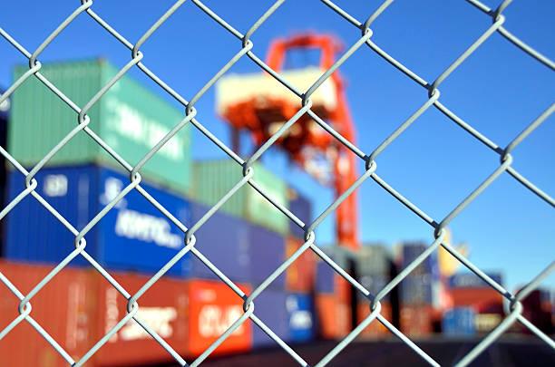 コンテイナーヤード安全フェンス - 地理的境界 ストックフォトと画像