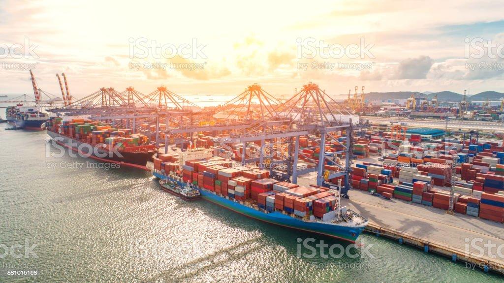 contenedores, portacontenedores en importación exportación y logística, grúa, puerto comercial, envío, carga a puerto. Vista aérea, transporte de agua, internacional, concha marina, transporte, logística, comercio, Puerto - foto de stock