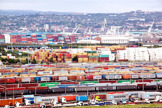 In Warteschlange Containern Beladen im Hafen von Durban Eingang – Foto