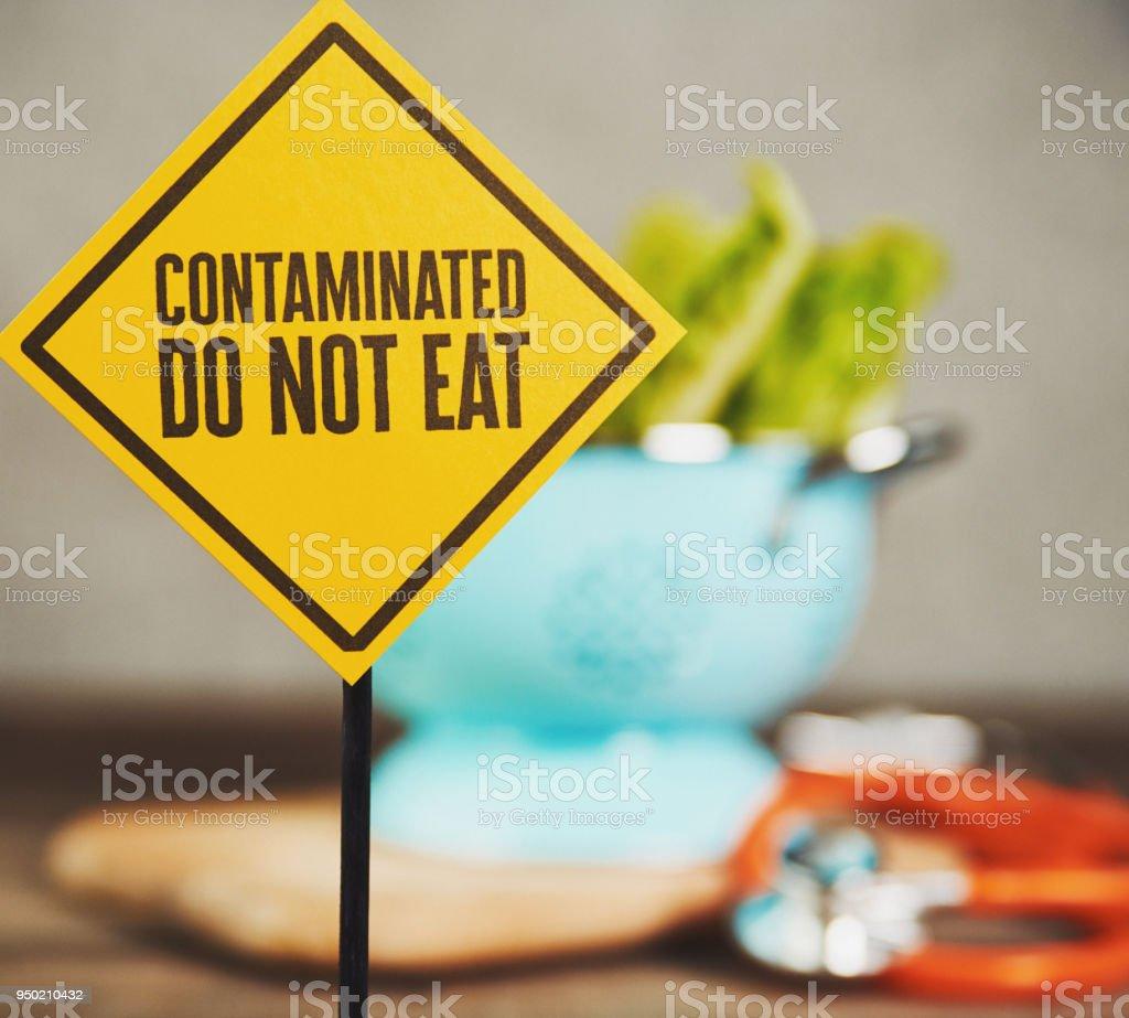 Kontaminierten Salat mit Warnschild – Foto