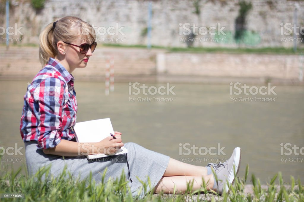 Contemplating Her Impressions - Foto stock royalty-free di Adulto