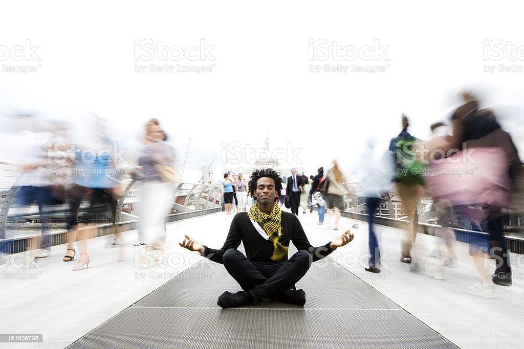 Betrachtung: Ein moment der Ruhe meditation in einer schnelllebigen Welt – Foto