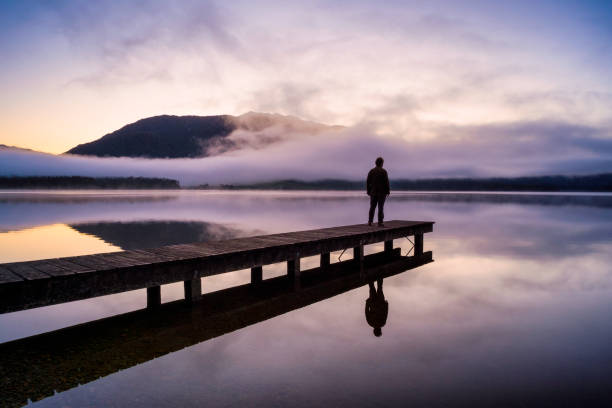 contemplation au lac kaniere - lac mirror lake photos et images de collection