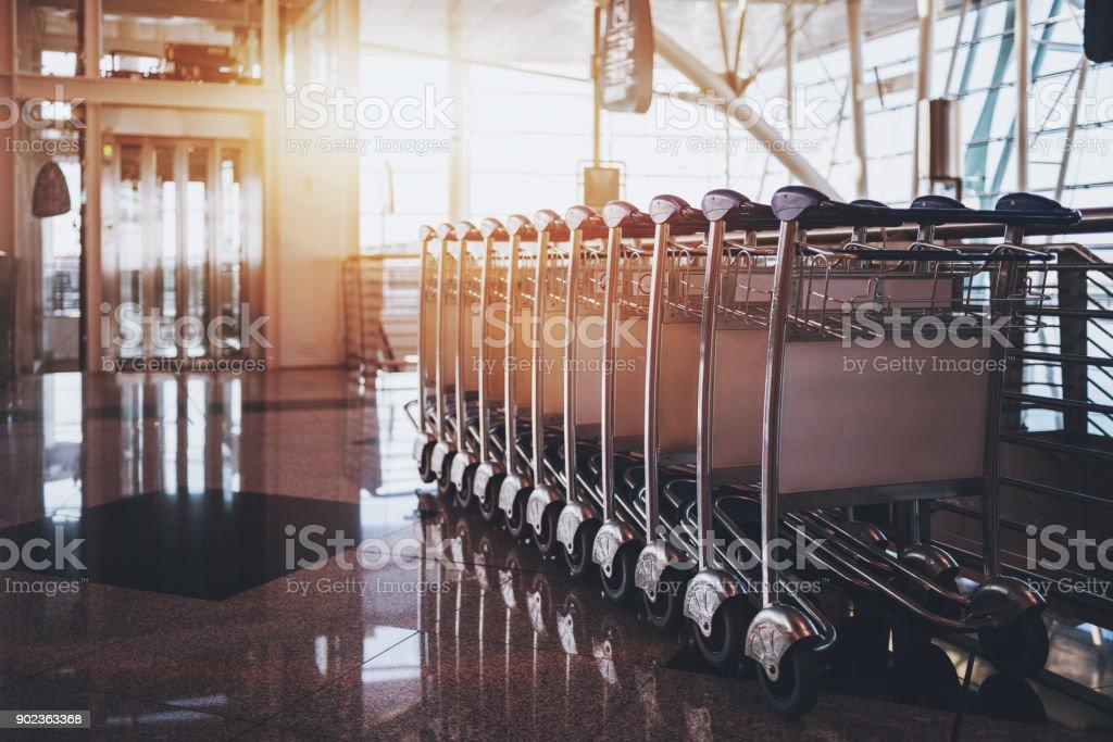 Modernen Flughafen-terminal mit Gepäckwagen – Foto