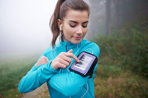 moderne anwendung für läufer auf dem mobiltelefon - geräusche app stock-fotos und bilder