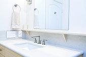 コンテンポラリーなデザインのバスルームで、ご自宅でのようにくつろげる andBath シンクの化粧台