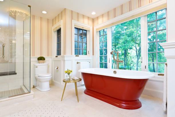 Modernes Badezimmerdesign mit freistehender Eisenbadewanne – Foto