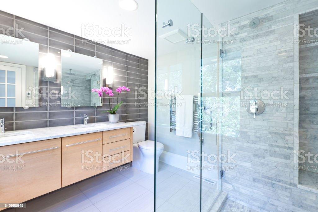 Moderne Badgestaltung Mit Glas Duschkabine Stockfoto und ...