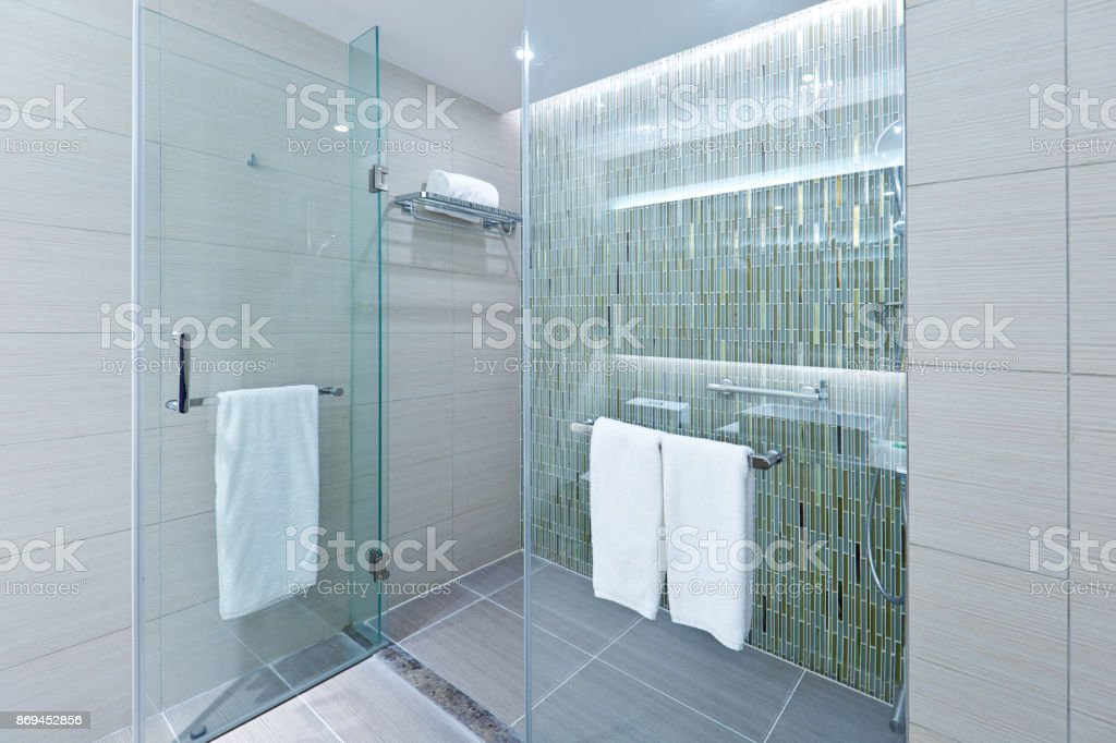 Moderne Badgestaltung mit Glas Duschkabine – Foto