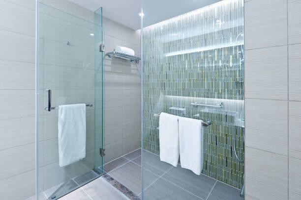 moderne badgestaltung mit glas duschkabine - duschen stock-fotos und bilder