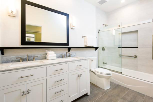 design contemporâneo de banheiro com vaidade e banheira de chuveiro - banheiro instalação doméstica - fotografias e filmes do acervo