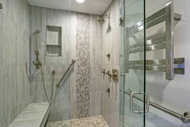 projeto do banheiro contemporâneo com cabine de duche. - banco assento - fotografias e filmes do acervo