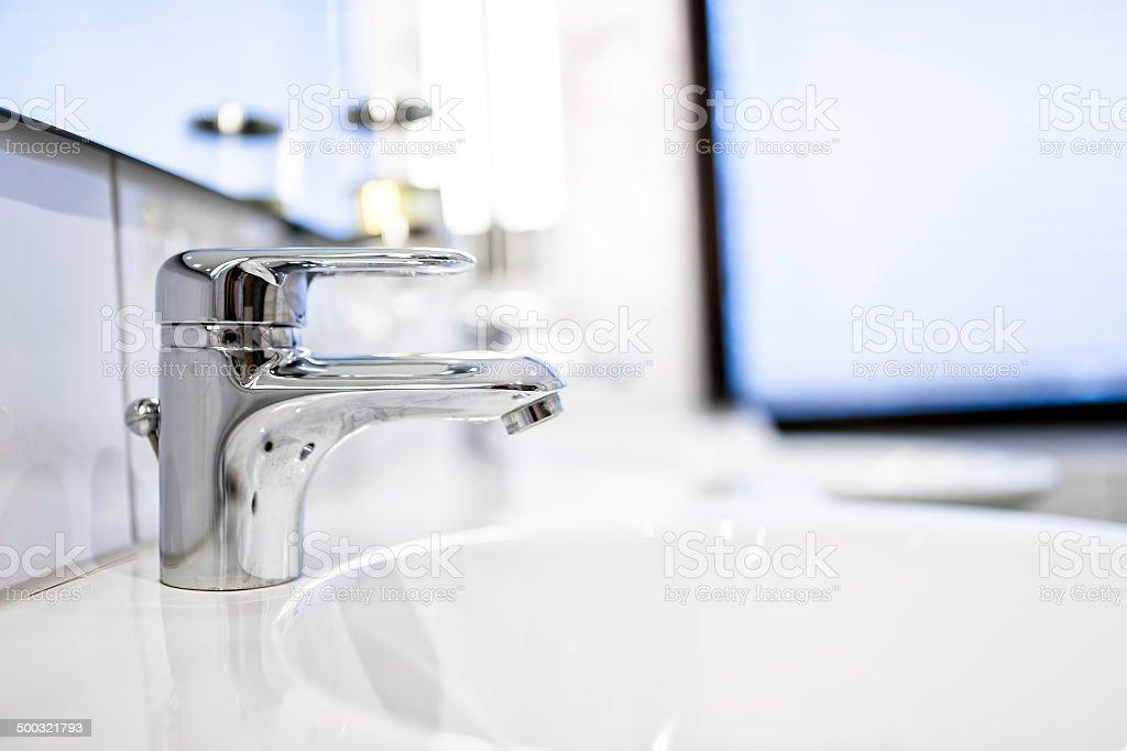 Lavandino del bagno moderno maschi e specchi in casa di lusso