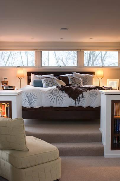 modernes schlafzimmer - nachttischleuchte touch stock-fotos und bilder