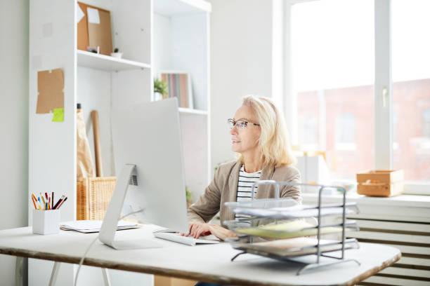 當代女商人使用電腦 - 小型辦公室 個照片及圖片檔