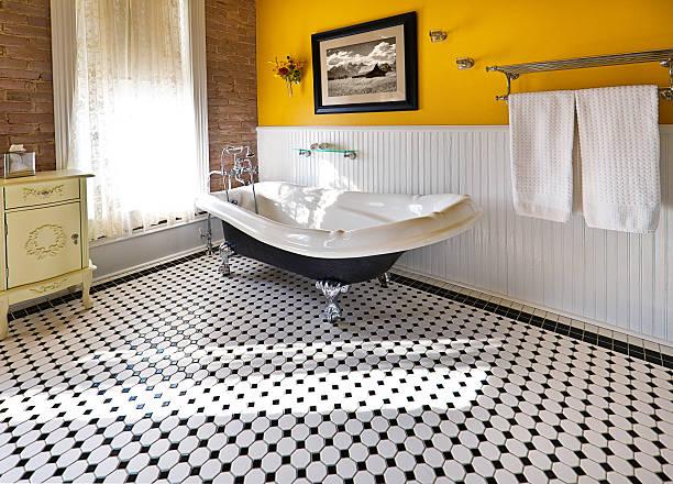 Vasca Da Bagno Piedini : Vasca da bagno con piedini stock photos immagini istock