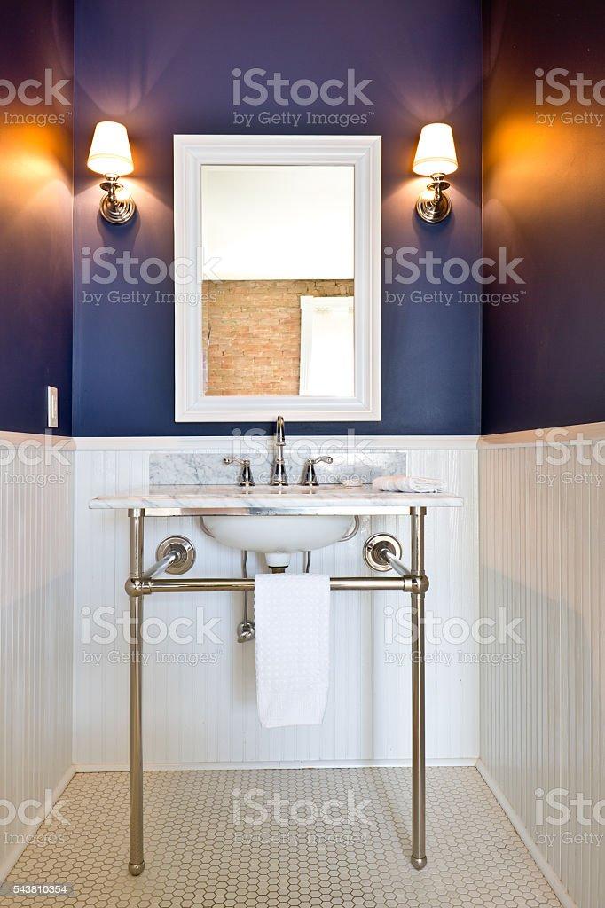 Clásico diseño contemporáneo de baño con lavamanos de Pedestal - foto de stock