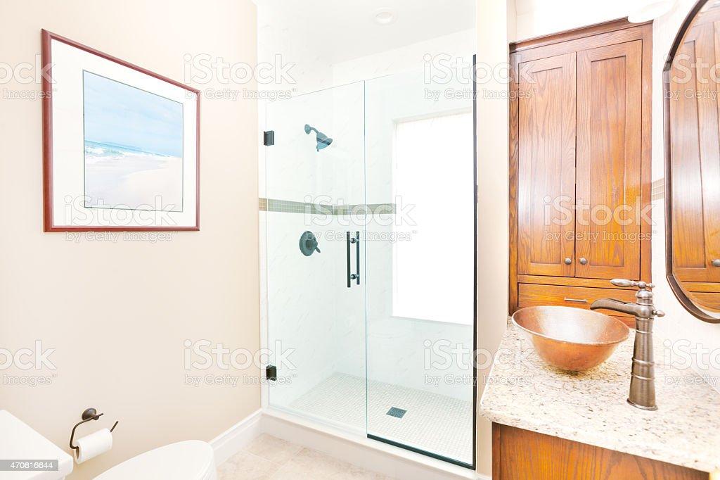 Photo libre de droit de Classique Contemporain Salle De Bains Avec Cabine  De Douche Et Lavabo Toilettes banque d\'images et plus d\'images libres de ...