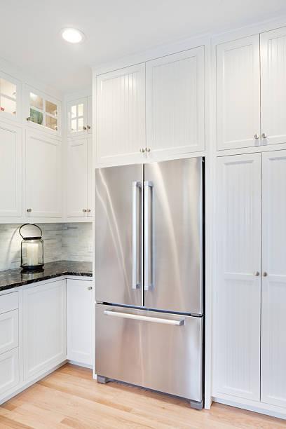 moderne klassische einheimische küche, kühlschrank - küche neu gestalten ideen stock-fotos und bilder