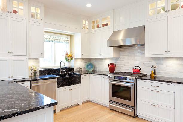 moderne, klassische küche mit granit-schalter - küche neu gestalten ideen stock-fotos und bilder