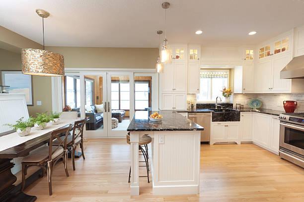 moderne klassiker, offenes design-küche und esszimmer - küche neu gestalten ideen stock-fotos und bilder