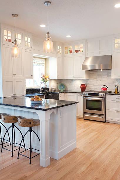 moderne klassische offenen küche mit essbereich - küche neu gestalten ideen stock-fotos und bilder