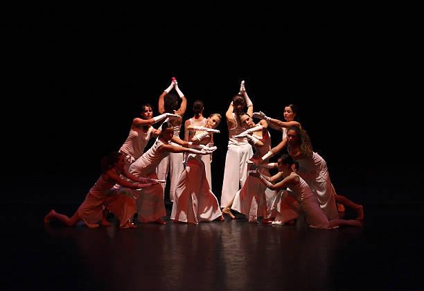 moderne frauen tänzer auf der bühne - stage musical stock-fotos und bilder