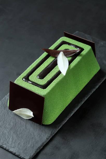 zeitgenössische grüner tee-mousse-torte - grüntee kuchen stock-fotos und bilder