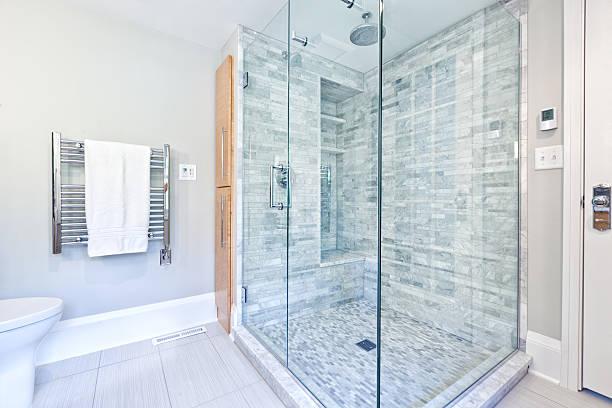 Moderna casa de banho com chuveiro de vidro com box com azulejos de mármore - foto de acervo