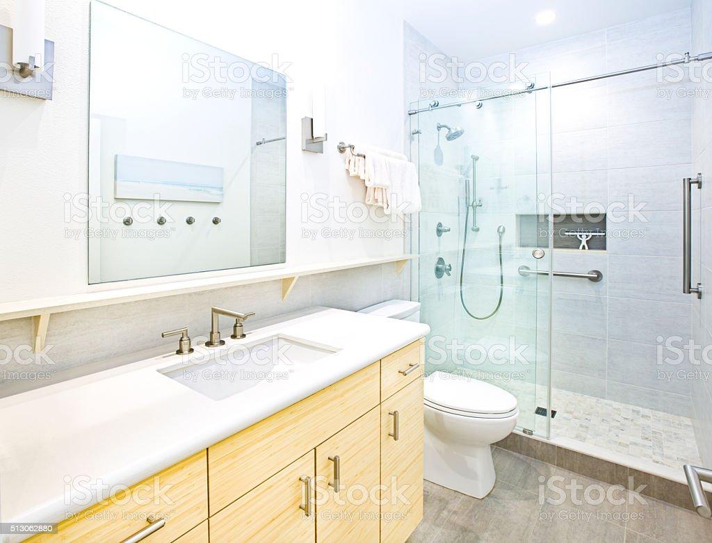Cabine Salle De Bain Complete photo libre de droit de la salle de bains contemporaine