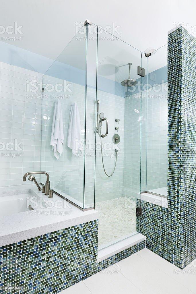 Modernes Ambiente, Badezimmer Mit Dusche, Badewanne Und Glas Fliesen  Lizenzfreies Stock Foto