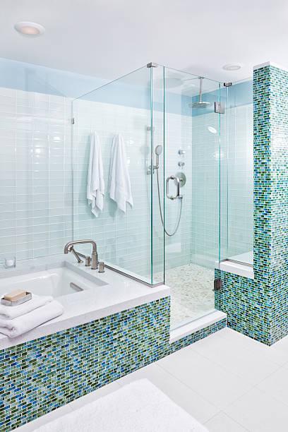 contemporanea casa bagno con cabina doccia, vasca e piastrelle di vetro - bacinella metallica foto e immagini stock