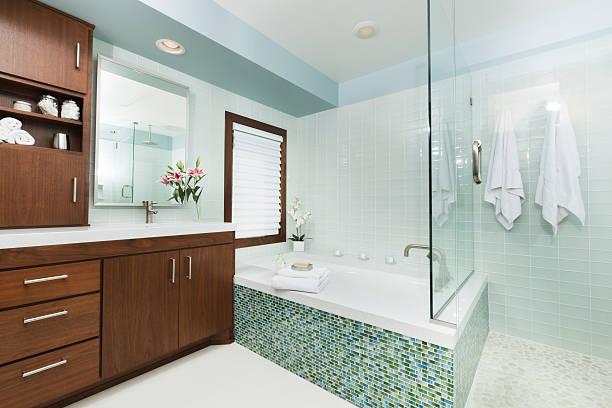 contemporanea casa bagno con cabina doccia, vasca da bagno e specchio - bacinella metallica foto e immagini stock