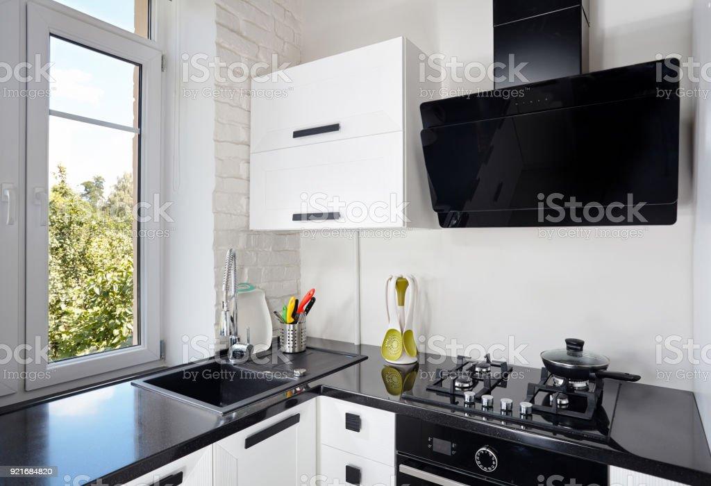 Moderne Küche Mit Leichten Eiche Fassade Und Dunkle ...