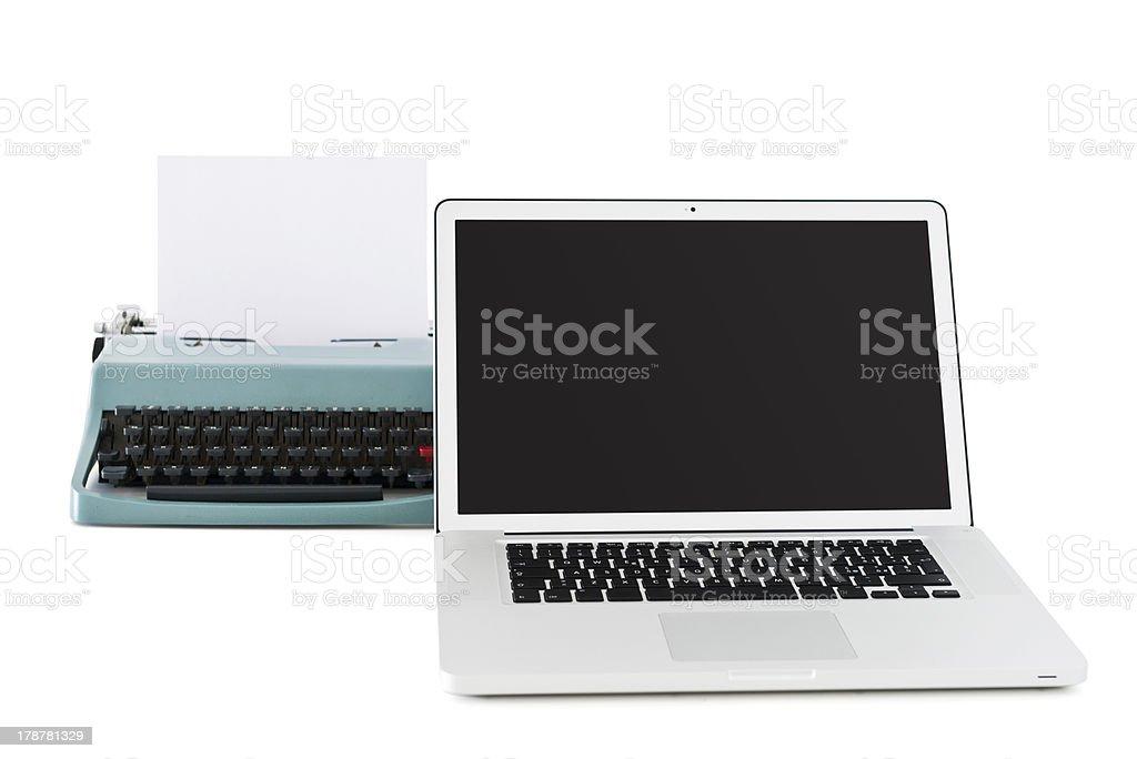Modernen laptop vor einer alten Schreibmaschine – Foto