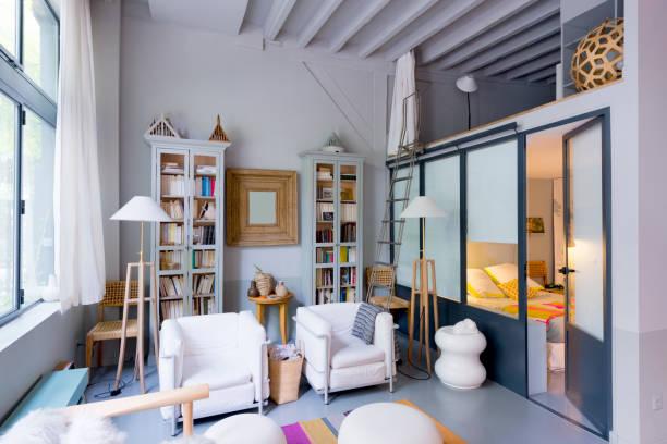 zeitgenössisches wohnzimmer. loft. studio wohnung. schlafzimmer - französisches haus dekor stock-fotos und bilder