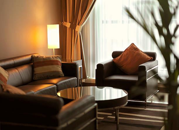 moderne wohnzimmer mit braunen leder-sofa - club sofa stock-fotos und bilder