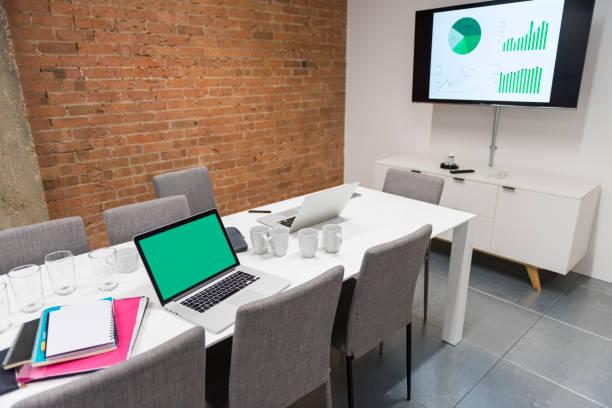 moderne büro-schreibtisch mit ausrüstungen und stühlen - tageslichtbeamer stock-fotos und bilder