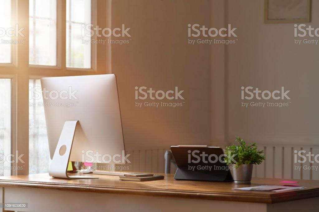 Moderne Buro Arbeitsplatz Mit Computer Und Buro Gadgets Stockfoto Und Mehr Bilder Von Arbeiten Istock