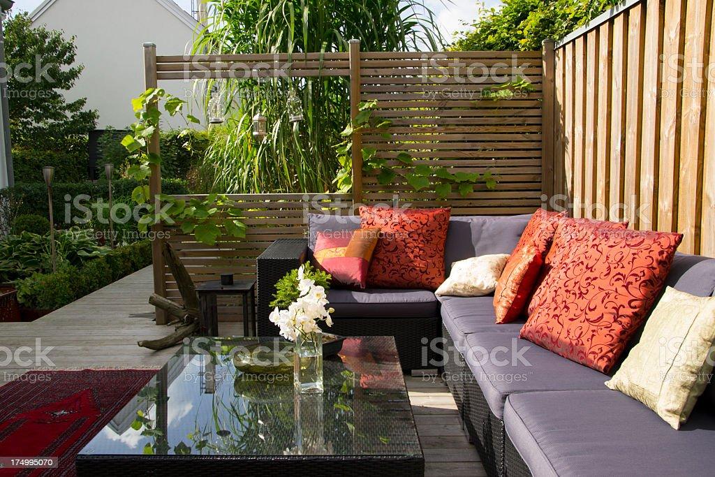 Moderne Terrasse Mit Großen Weidenkorb Couch Gartendesign Stockfoto ...