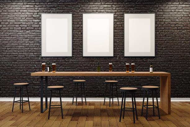 Zeitgenössische Pub mit leeren Plakatwände – Foto