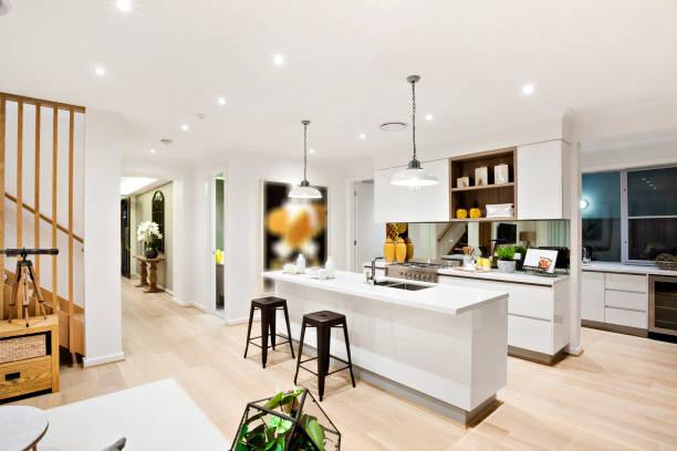 Eine moderne Küche mit Durchgang und Treppe – Foto