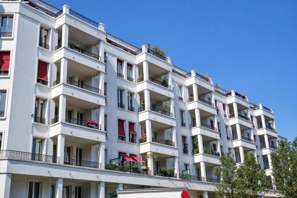 Zeitgenössisches weißes Apartmenthaus – Foto