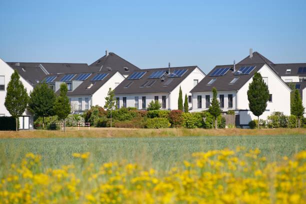 Moderne weiße Familienhäuser mit Sonnenkollektoren – Foto