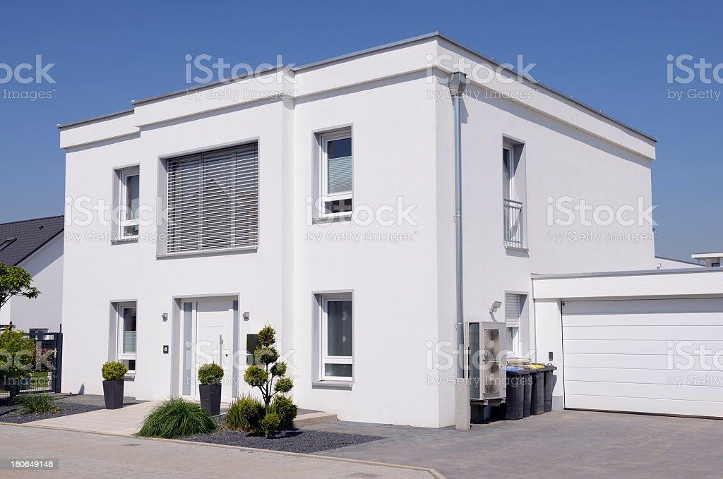 Photo libre de droit de Moderne Maison Blanche Avec Garage banque d ...
