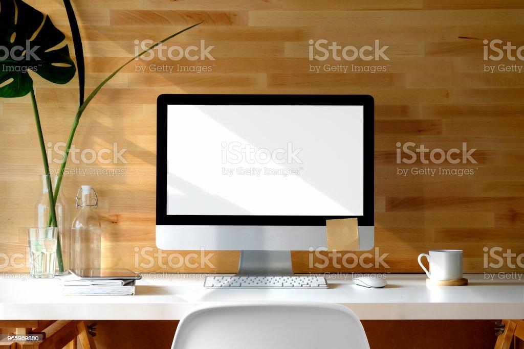 Hedendaagse werkruimte Bureau met desktopcomputer, bureau-accessoire, computer en exemplaar ruimte op het lege scherm. - Royalty-free Bedrijfsleven Stockfoto