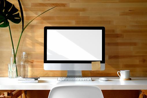 Hedendaagse Werkruimte Bureau Met Desktopcomputer Bureauaccessoire Computer En Exemplaar Ruimte Op Het Lege Scherm Stockfoto en meer beelden van Bedrijfsleven